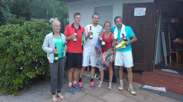 Konrad Schneider (3. von links) und seine Partnerin Lydia Stange siegten im Mixed Doppel