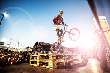 Atemberaubende Stunts mit dem Fahrrad – das Markenzeichen von Daniel Rall © www.daniel-rall.de