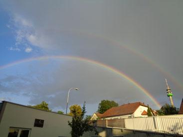 ...und immer wieder beglücken uns Regen & Sonnenschein mit einem Regenbogen