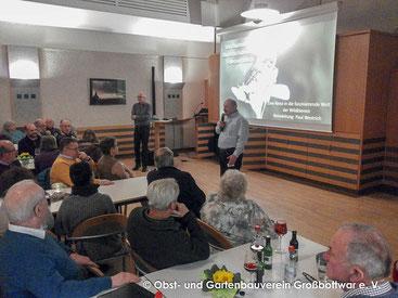 Vorstand Albert Schlipf (vorne) begrüßt Dr. Paul Westrich (hinten) und die anwesenden Gäste (Foto: Oliver Hartstang)