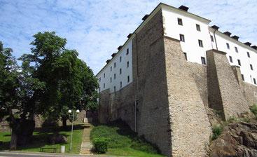 Die Stadtmauer mit der Burg