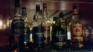 Wir bieten Whisky aus Frankreich, Irland, Schottland und den USA an. Von mild bis rauchig und torfig ist alles dabei.