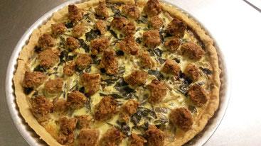 Beispiel aus der französischen Landküche: Mangoldtarte mit Feta-Nuss-Streuseln