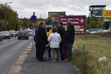 Hier wird dringend eine Fußgänger-Ampel gebraucht! Vor-Ort-Termin am Langen Weg in Prohlis mit den Anwohnern der Windmühlensiedlung, Kleingärtnern und Vertretern der Neuen Waldorfschule in Niedersedlitz