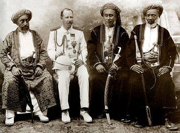 Funzionario coloniale britannico con dignitari arabi a Zanzibar. Il mercante di schiavi Tippu Tip è il primo a destra