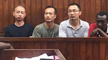 I tre cinesi arrestati per corruzione sul banco degli accusati del tribunale di Mombasa