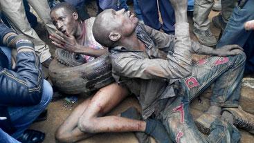 Esecuzioni extragiudiziali: Waiyaki Way, Nairobi. Thugs implorano pietà mentre aspettano il linciaggio dalla folla. Finiranno bruciati vivi!