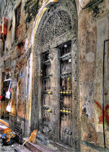 Le case moresche e arabe a Stone Town sono caratterizzate da grande porte di legno finemente intagliate e ornate a bassorilievo-Foto by Luciano Gollini