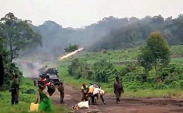 Momenti di una delle battaglie contro i jihadisti a Cabo Delgado e profughi in fuga