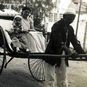 Freddie Mercury in un risciò con la madre a Zanzibar