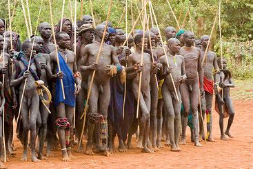 """Gli uomini Mandinka e le loro """"lunghe dotazioni""""."""