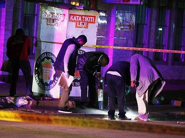 Ufficiali di polizia sulla scena dell'esplosione avvenuta a Nairobi il 26 gennaio 2019 davanti al Smothers Restaurant lungo Tom Mboya street