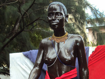 La statua della leggendaria Mekatilili wa Menza che guidò il Giriama nella ribellione contro il dominio coloniale britannico.