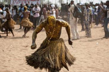 Un fedele in trance danza durante il festival del voodoo a Ouidah, nel Benin