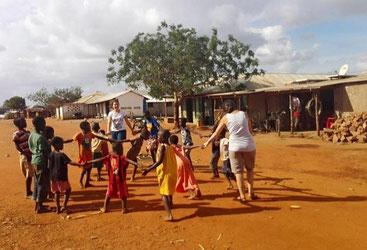 Volontarie di Africa Milele giocano con i bimbi di Chakama