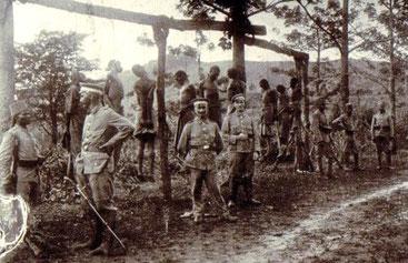 Impiccagioni del popolo Herero (gruppo etnico Bantu) da parte dei tedeschi. 1907 Namibia - West Africa