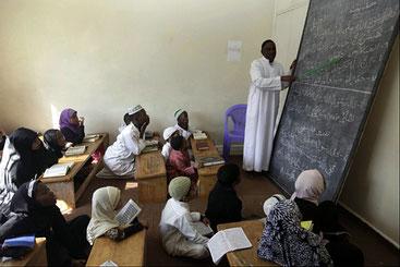 L'aula di una madrasa, scuola islamica del Kenya