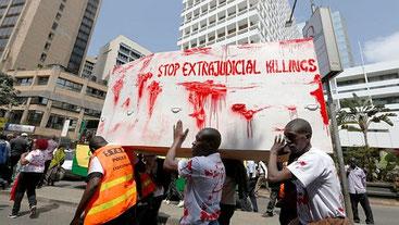 Cittadini di Nairobi protestano contro le uccisioni illegali della polizia