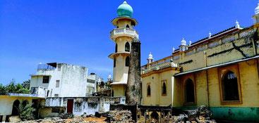 Le due tombe a pilastro entro le mura della Moschea di Jumaa a Malindi