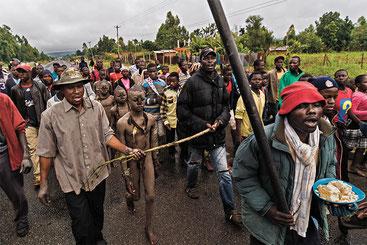 Gli uomini della tribù dei Bukusu, in Kenya, intonano l'inno della circoncisione