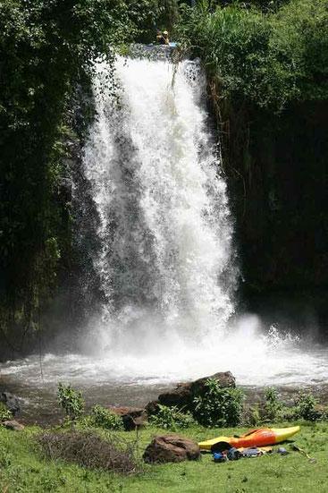 Discesa in kayak dalla cascata di Kamweti