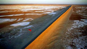 Deserti del Kenya - Cresta di sale nel deserto del Chalbi, Kenya.