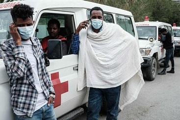 Ambulanze in attesa di poter entrare a Togoga, Tigray, Etiopia