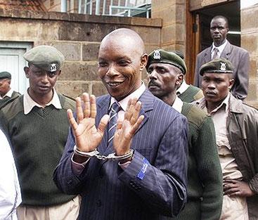 Maina Njenga, considerato l'ex capo dei Mungiki, al momento dell'arresto.
