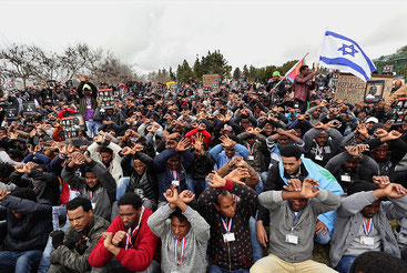 Richiedenti asilo africani protestano contro il piano di espulsioni del governo israeliano a Gerusalemme, il 26 gennaio 2017