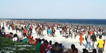 In centinaia si sono riversati sulla spiaggia di Nyali a Mombasa per festeggiare il Natale.
