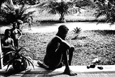 La storia del padre che contempla il piede e la mano tagliati alla figlia di 5 anni in Congo