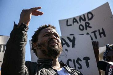 Andile Mngxitama, leader del partito rivoluzionario sudafricano BLF, che incita all'eliminazione fisica dei bianchi