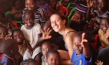 Silvia Costanza Romano insieme ai bambini di Chakama