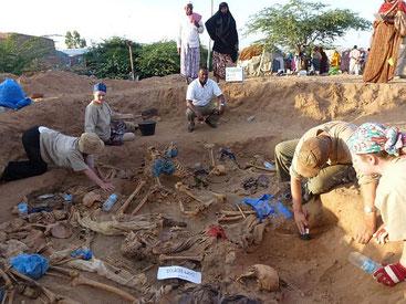 Una delle numerose fosse comuni che vengono tutt'ora alla luce nel Somaliland