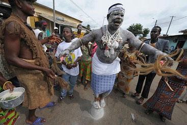 Stregone africano compie un rito propiziatorio