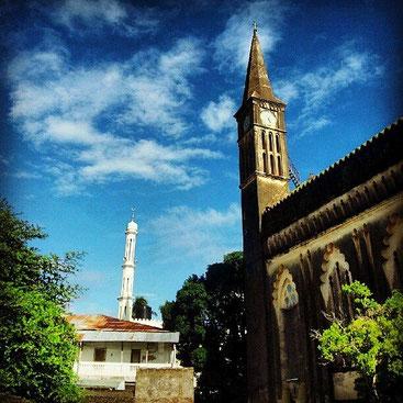 Diverse, ma non separate. La chiesa di Cristo e la moschea Jibril,  si trovano vicine l'una all'altra nella Stone Town, a Zanzibar