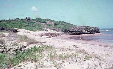 Mwana. Gruppo di  tombe su un'altura, in alto a sinistra