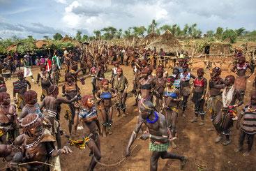 La fustigazione delle donne in un villaggio Hamer, nel profondo sud dell'Etiopia. Le ferite provocate dalle verghe sono profonde e lasciano cicatrici indelebili