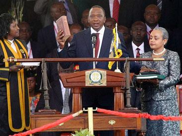 Uhuru Kenyatta presta giuramento come quarto presidente del Kenya