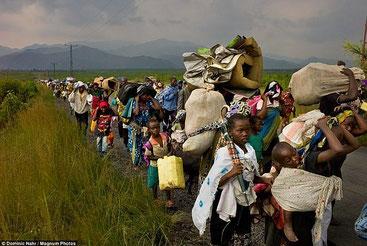 L'imponente esodo di centinaia di migliaia di congolesi che fuggono dalle zone dei massacri