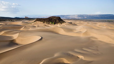 Suguta Valley, Kenya. Dune con Aruba Rock visibile sullo sfondo. Qui le temperature raggiungono i 71°C.