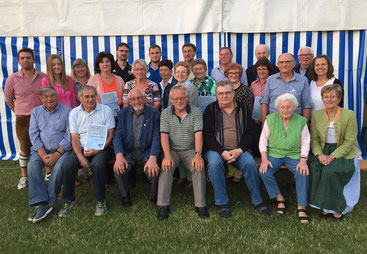 Geehrte langjährige Mitglieder umramen Gründungsmitglied Josef Reiter