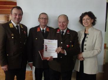 v.L. Abschnittskommandant Hannes Niedermayr, Kommandant Günther Katherl, Jubilar Josef Weismann und Bürgermeisterin Mag. Pauline Sterrer