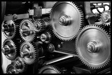 Die Präzision einer Mechanik taugt als Bild, um Zusammenhänge kenntlich zu machen...