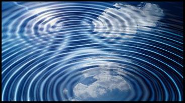 Konzentrische Kreise im Wasser bilden Interferenzmuster durch Überlagerung