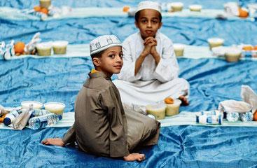 Abends kommen die Muslime im Ramadan gern zusammen, um gemeinsam zu essen.Mahmoud Khaled/dpa