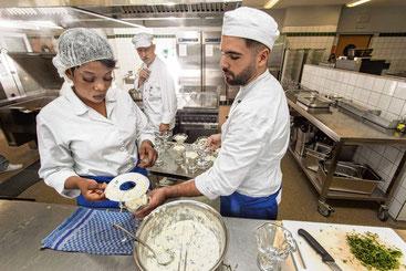 Die Gastronomie ist die wichtigste Branche für Flüchtlinge, die sich in den schleswig-holsteinischen Arbeitsmarkt einbringen wollen. Imago Images