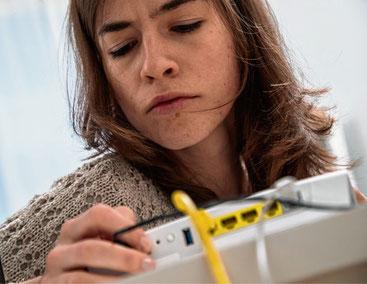 Stecken die Kabel richtig? Oft lässt sich die W-Lan-Verbindung mit wenigen einfachen Handgriffen verbessern. dpa/Christin Klose