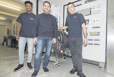 Fühlen sich in ihrem Ausbildungsbetrieb Ahlf Elektrotechnik in Brunsbüttel wohl. Chef und Chefin freuen sich über ihrem Fleiß und ihr Engagement (von links): Robel Zeray aus Eritrea, Ghiath Ghazi und Noureldin Alkhalil aus Syrien. Foto: Reißig;