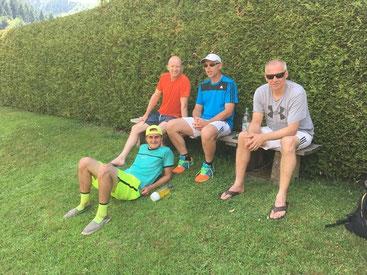 Gönnen sich eine Pause im Schatten: Tobi, Enrio, Sven und Toki